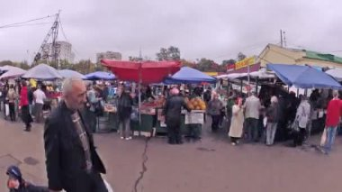 People buy products on food market Preobrazhenskiy — Stock Video