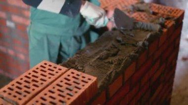 Worker puts bricks — Stockvideo