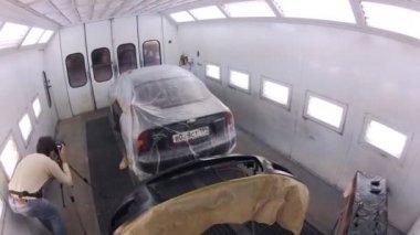 Mechanic painting bumper — Stock Video