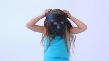 Little girl putting on black mask — Vídeo de Stock