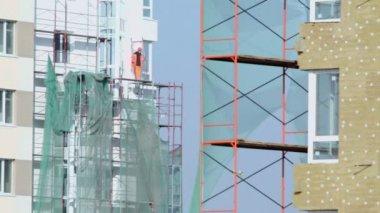 Labourer stands on falsework — Stock Video