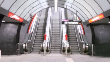 Escalator on Karlsplatz metro station — Stock video