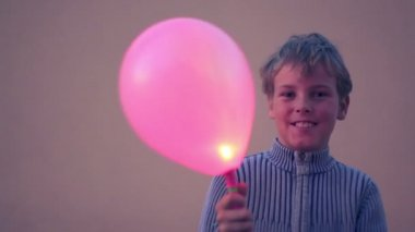 Young boy holds baloon — Stock Video