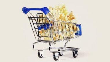 Miniature metal cart with popcorn — Vídeo de Stock