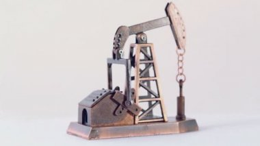 Metal miniature oil rig circling — Vídeo stock
