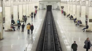People walk on platforms of metro station — Stock Video