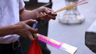 Man lighting incense — Stock Video