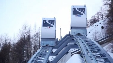 Two cabins of funicular go down — Stock Video