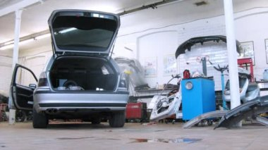 Mechanic repairing trunk of car — Stock Video
