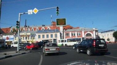 Cars on road in Yaroslavl — Stock video