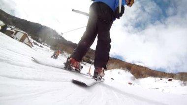 Skier rises up on mountain — Vídeo de Stock
