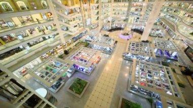 People walk in shopping center — Vídeo de Stock