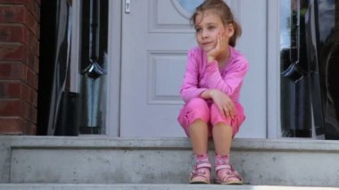 Little girl sits on porch — Stock Video