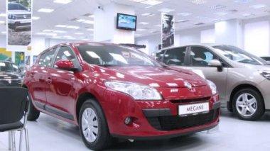 Renault Megane stands in motor show indoor — Stock Video