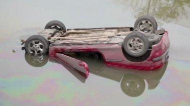 Inverse car in river — Stock Video