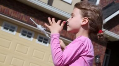 Little girl eats candy floss — Stock Video