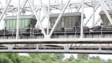 Several wagons move on steel bridge — Stock Video