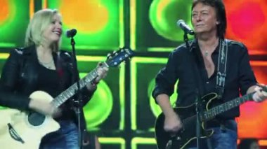 Chris Norman sings with woman — Stock Video
