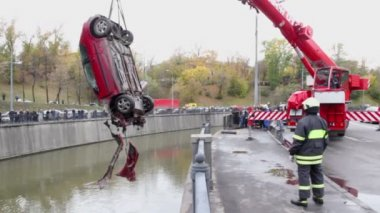 Crane lifts car from water — Video Stock