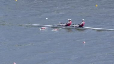 Two men row in kayak — Stock Video