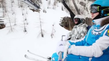 Chairlift with women skiers — Stock Video