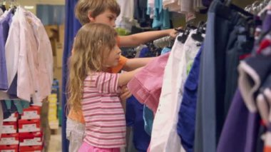Two kids watch clothes — Vídeo stock