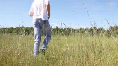 Blonde guy in jeans runs — Stockvideo
