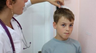 Doctor measures growth of boy — Stock Video
