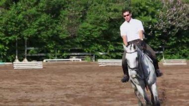Jokey gallops on horseback — Stock Video