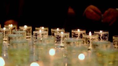 许多蜡烛燃烧在眼镜 — 图库视频影像