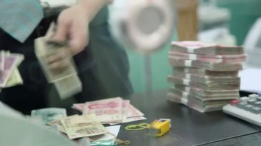 Clerk counts money — Stock Video