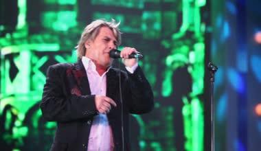 Aleksey Glizin sings on stage — Stock Video