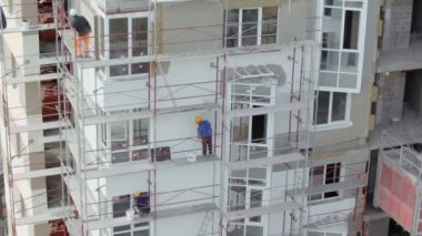 Builders stand on scaffold — Vídeo Stock