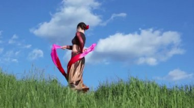 Woman dances with ribbons — Stock Video