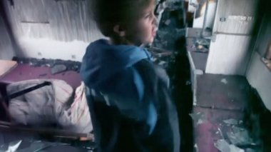 Young boy stand in wagon — Stockvideo