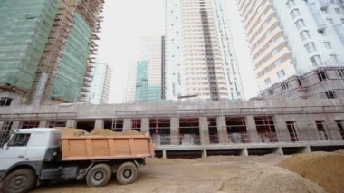 Truck with sand at construction site — Stock Video