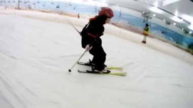 Girl goes on mountain slope on skis — Stock video