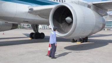 Worker checks turbine of aircraft — Stock Video