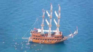 Tourists swim near excursion yacht — Stok video