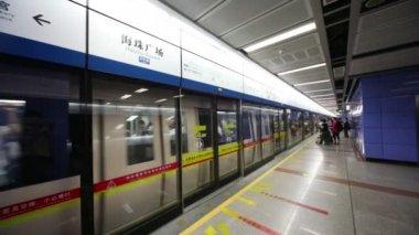 Прибытие поезда к станции метро — Стоковое видео