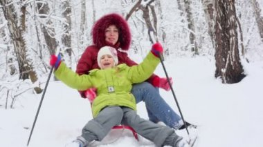 Mother with her daughter on sled — Stock Video