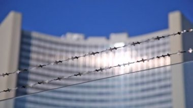 Barbed wire against UN building — Stock Video