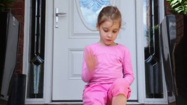 Little girl plays on porch — Stock Video