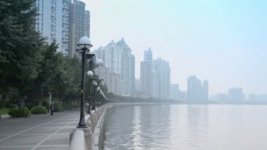 People walk on quay of Pearl river — Stock Video