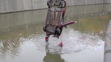 Vinç kaza araba nehirden kaldırdı — Stok video