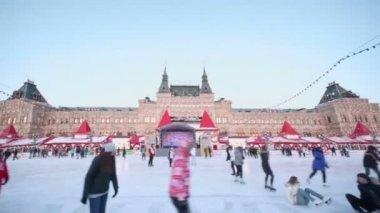 People ride on skates — Stock Video