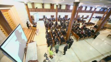Journalists and churchgoers in synagogue — Stock Video