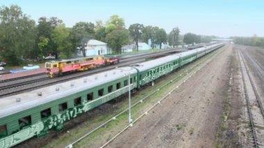 Service train rides near abandoned vehicle — Stock Video