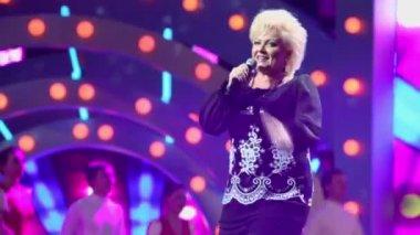 Anne Veski sings on stage — Stock Video