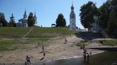 River bank with buildings of Vologda — Stock Video